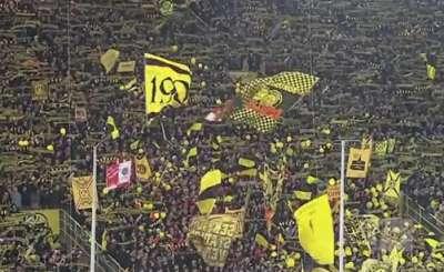Болельщики дортмундской Боруссии отмечают победу над Баварией. Телекадр Sky