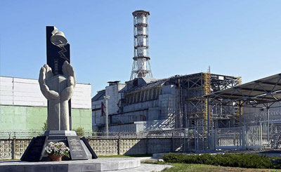 Чернобыльская АЭС. На заднем плане - четвертый энергоблок. Фото с сайте wikipedia.org Автор Mond