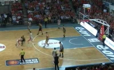 Фрагмент матча Броуз Баскетс - Альба. Телекадр BroseBasketsTV (Youtube)