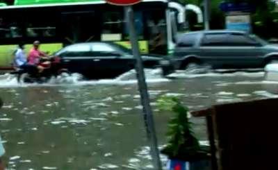Наводнение в Китае. Телекадр Youtube. Видео пользователя DenZmey.