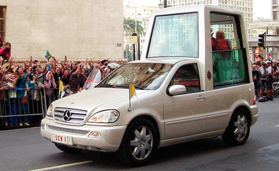 "Папа Римский Бенедикт XVI в ""папамобиле"". 2007 год. Фото с сайта wikipedia.org Автор Caio do Valle"