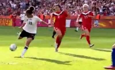 Через несколько секунд немки увеличат преимущество над канадками до двух мячей. Телекадр ARD. Скриншот YouTube. Видео пользователя hamburgersvsupport4z