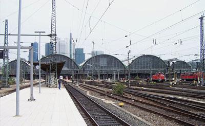 Подъездные пути вокзала во Франкфурте. Фото с сайта wikipedia.org Автор Urmelbeauftragter
