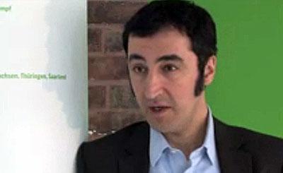 Джем Ёздемир. Видеокадр с официального сайта политика