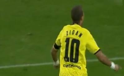 Мохаммед Зидан празднует свой гол в ворота Гамбурга