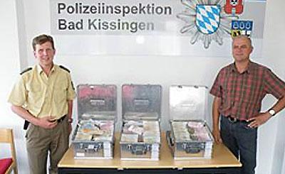 Сотрудники полиции и возвращенные чемоданы. Фото с сайта polizei.bayern.de