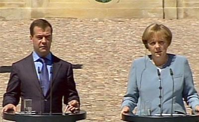 Дмитрий Медведев и Ангела Меркель. Кадр телеканала НТВ, архив