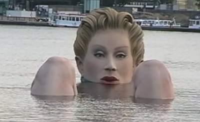 Купающаяся блондинка-гигант в гамбургском озере. Скришот YouTube. Видео пользователя tegelsbarg
