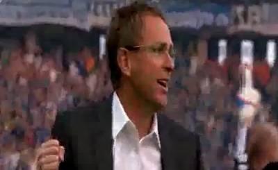 Ральф Рангник празднует выход Шальке во второй раунд кубка Германии. Телекадр ARD