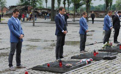 Мирослав Клозе, Оливер Бирхофф, Филипп Лам и Лукас Подольски в Освенциме. Фото для прессы DFB.