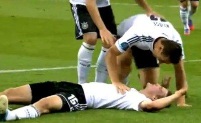 Мирослав Клозе поздравляет Ларса Бендера с забитым мячом. Кадр телеканала Das Erste