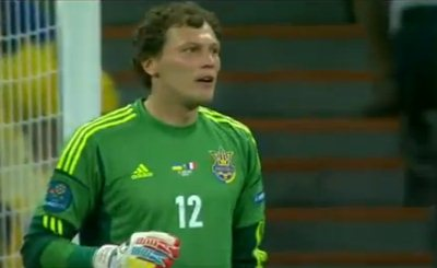 Вратарю сборной Украины Андрею Пятову нелегко пришлось в игре с командой Франции. Кадр телеканала Sky