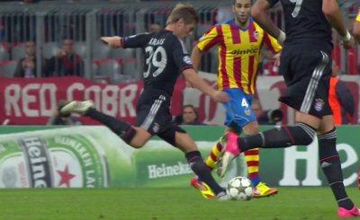 Тони Кроос забивает второй мяч в ворота Валенсии. Кадр телеканала НТВ+