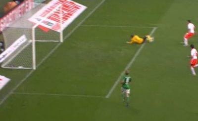 Марио Манджукич забивает второй гол в ворота Вердера. Кадр телеканала Sky