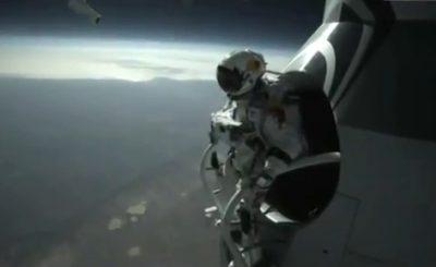Феликс Баумгартнер перед прыжком с высоты 39 км. Скриншот Youtube. Видео пользователя NewsFromTheShed