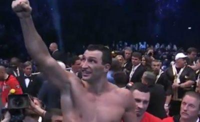 Владимир Кличко празднует свою очередную победу. Кадр телеканала Спорт1